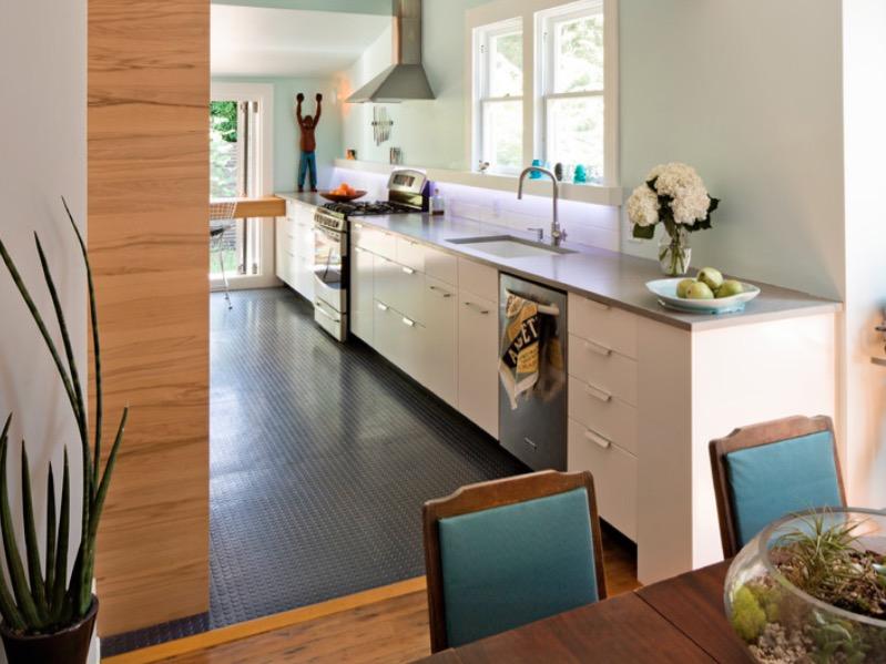 Темный резиновый пол в рабочей зоне кухни