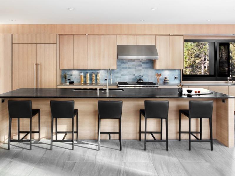 Серый пол хорошо сочетается со светло коричневой кухней