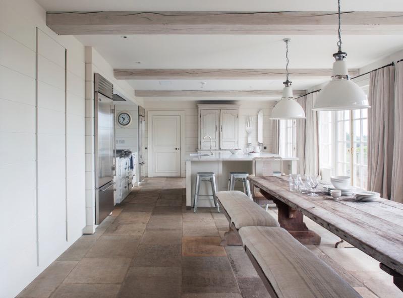 Каменный пол в интерьере кухни