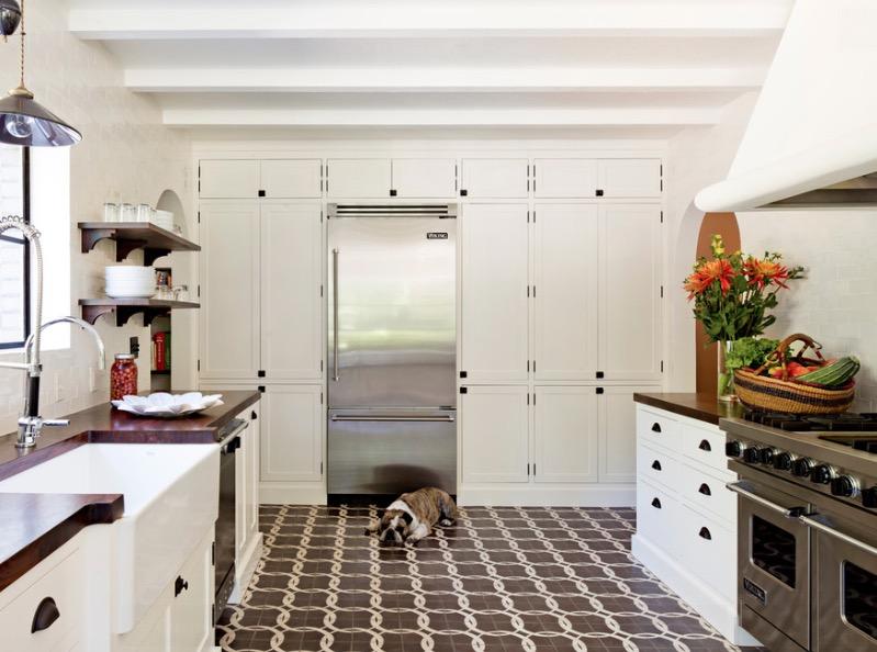 Интерьер кухни с полом из кафельной плитки