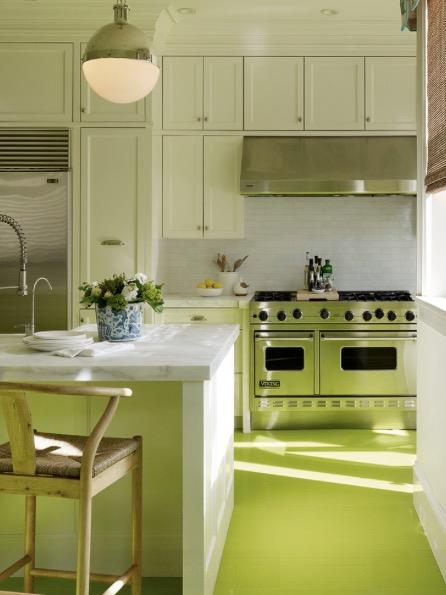 Зеленый виниловый пол в цвет фасадам кухни