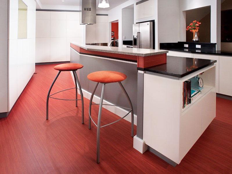 Красный виниловый пол кухни