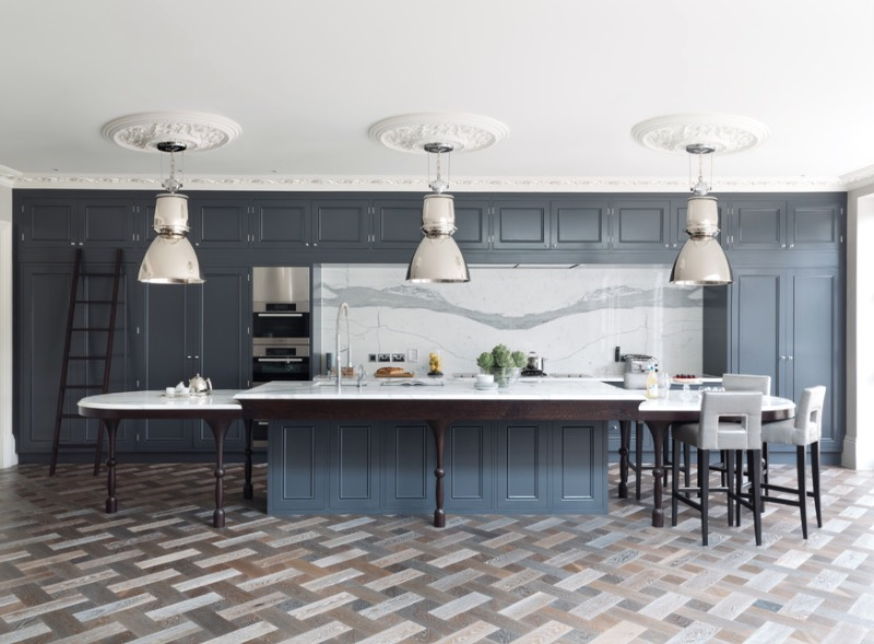 Узорчатый пол кухни из натурального дерева