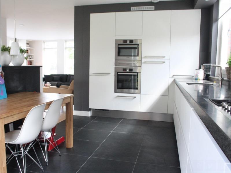 Напольное покрытие для кухни из плит черного сланца