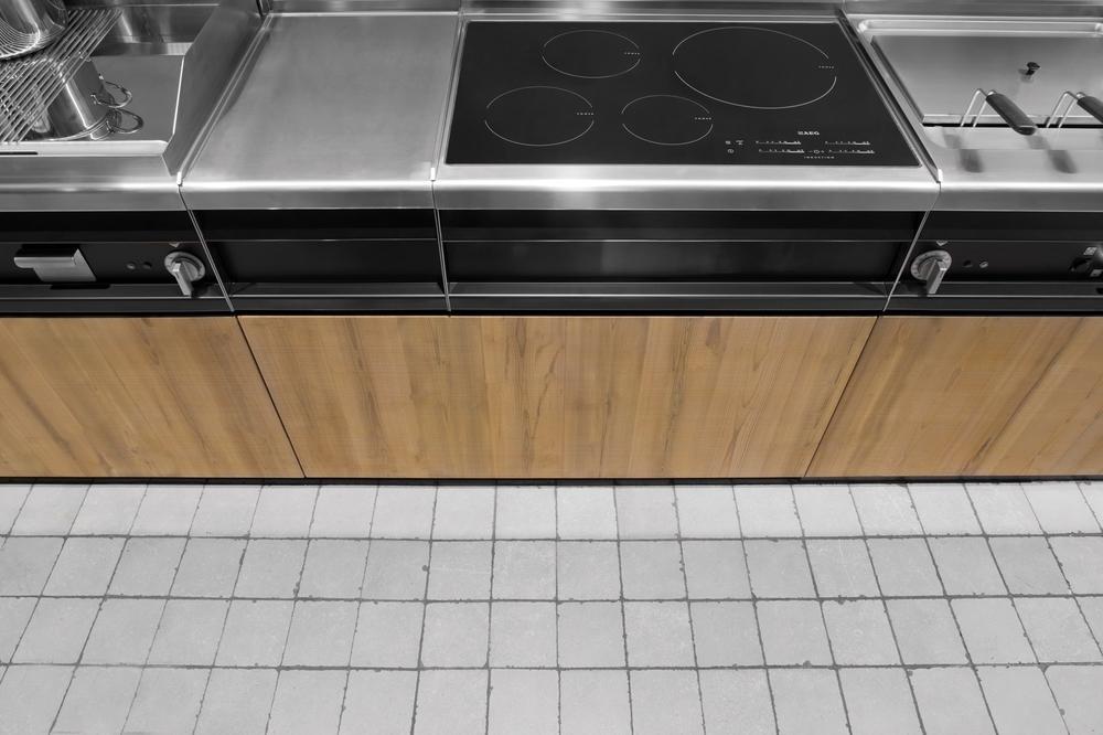 Индукционная варочная панель в интерьере кухни от Minacciolo