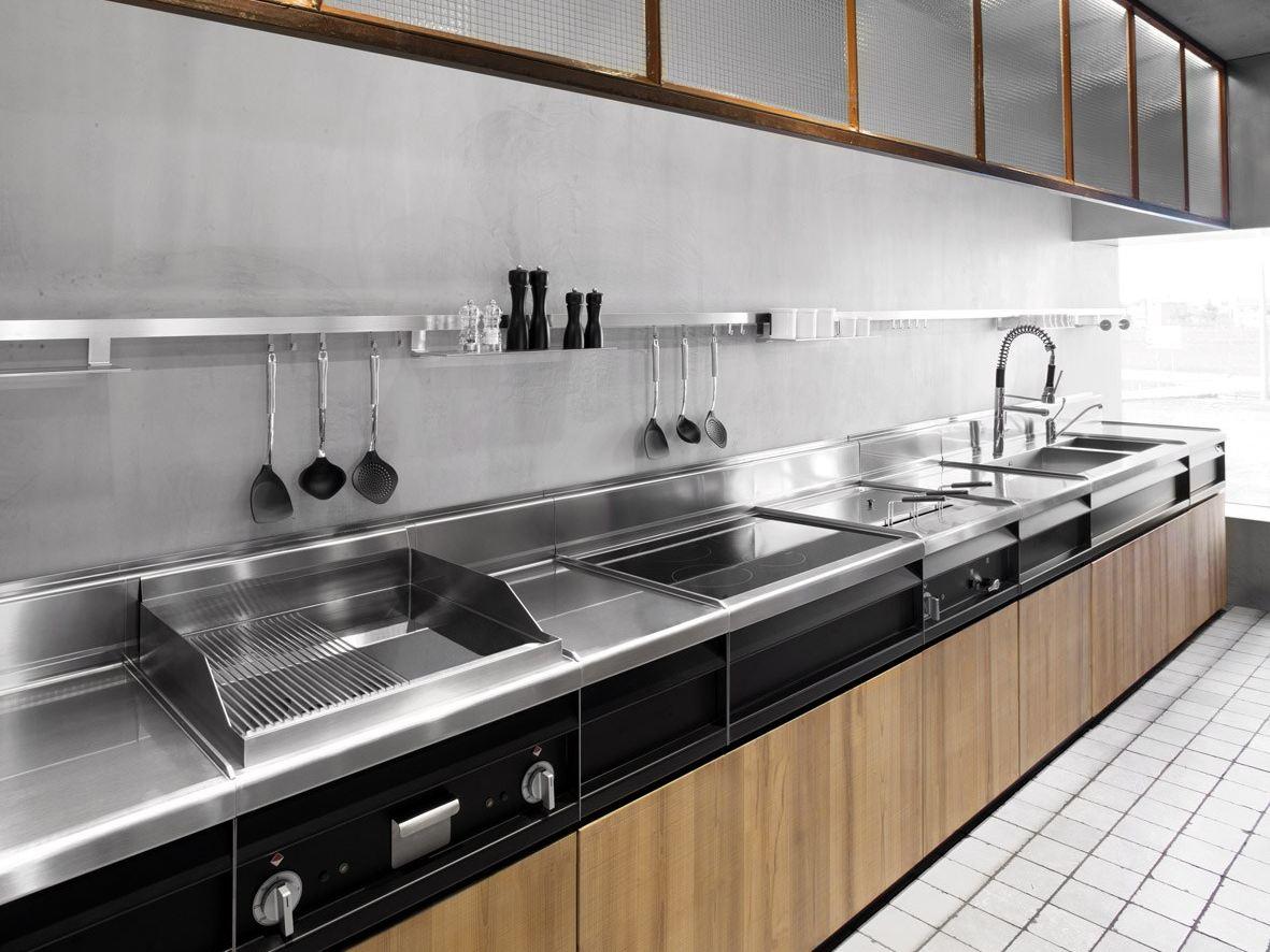 Стальные поверхности  в интерьере кухни от Minacciolo из натурального дерева