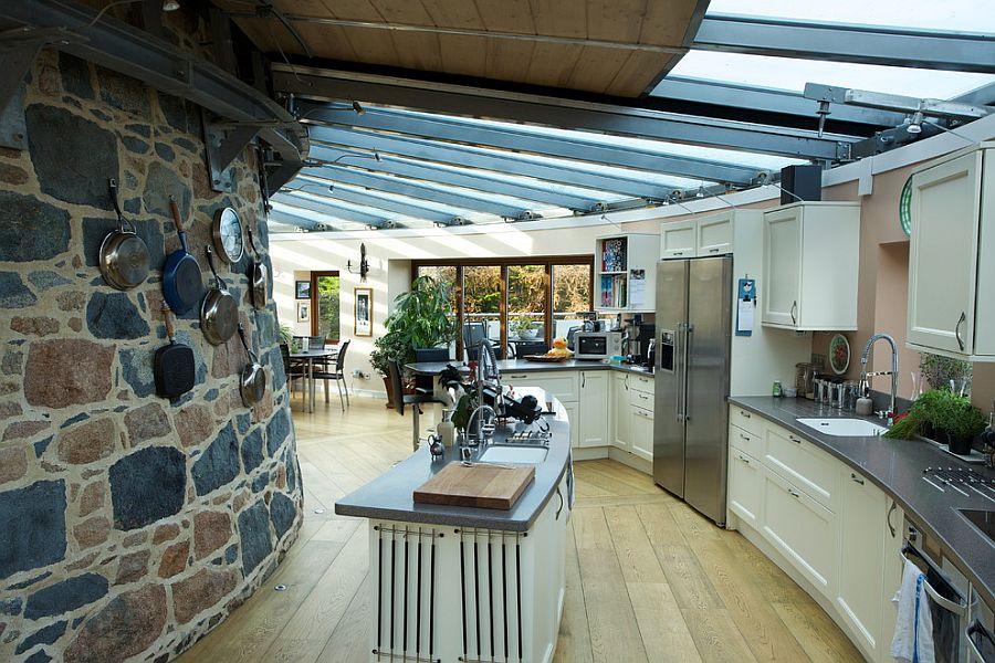 Стеклянная крыша в интерьере кухни