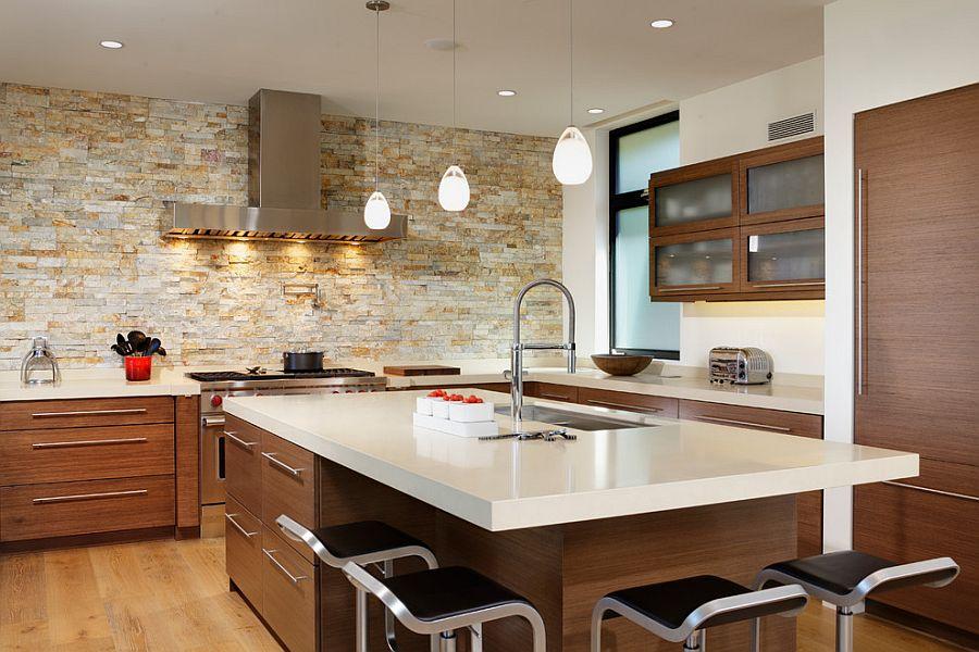 Оригинальные светильники над кухонным островом в интерьере
