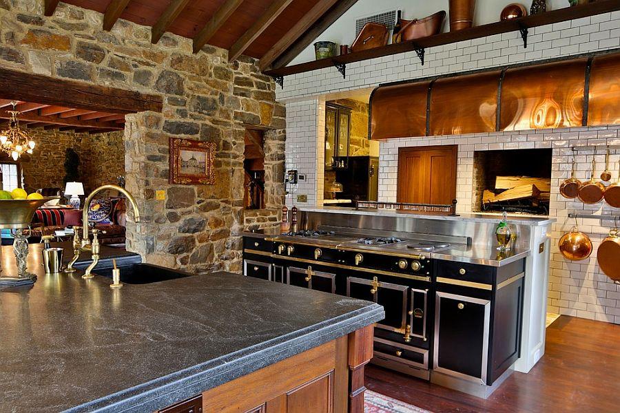 Золотая отделка чёрных шкафчиков в интерьере кухни