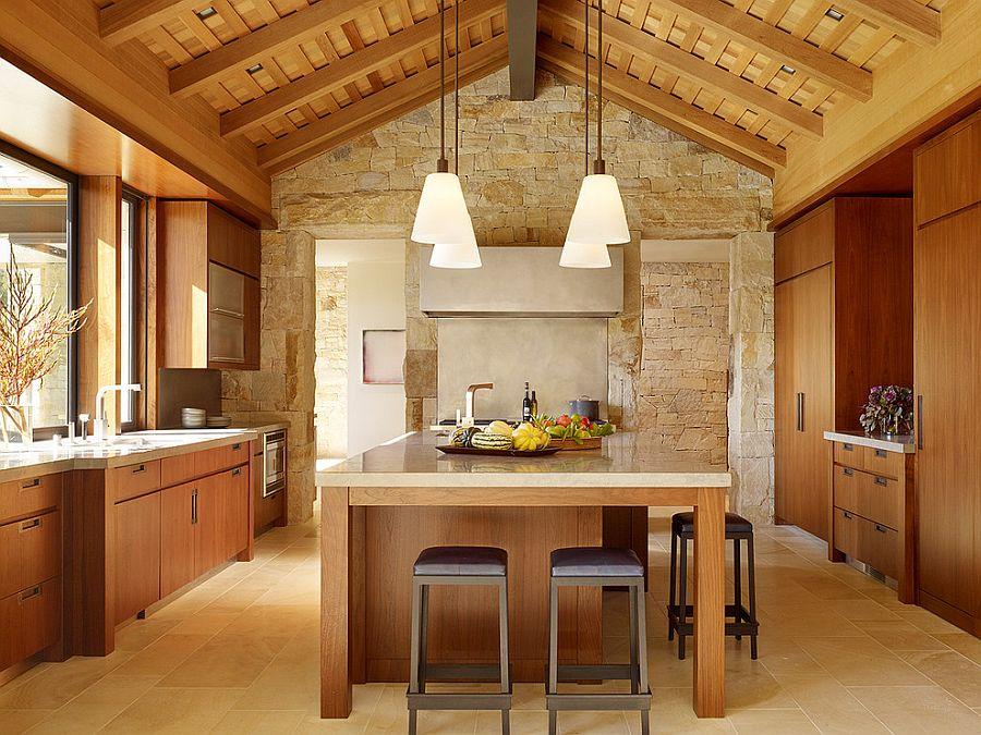 Деревянный кухонный гарнитур в интерьере