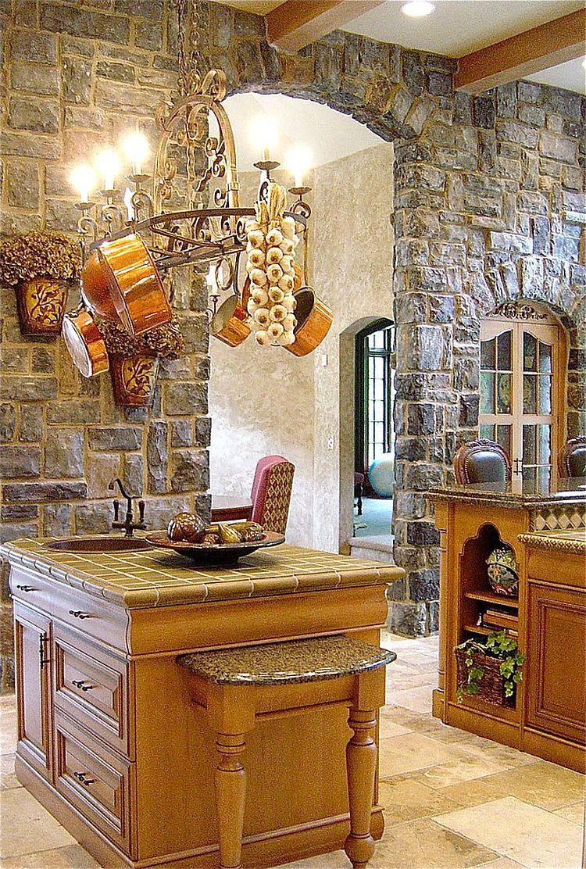 Серый камень на стене в интерьере кухни