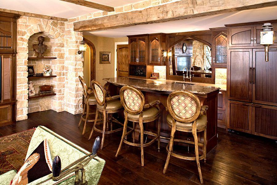 Массивные деревянные стулья в интерьере кухни