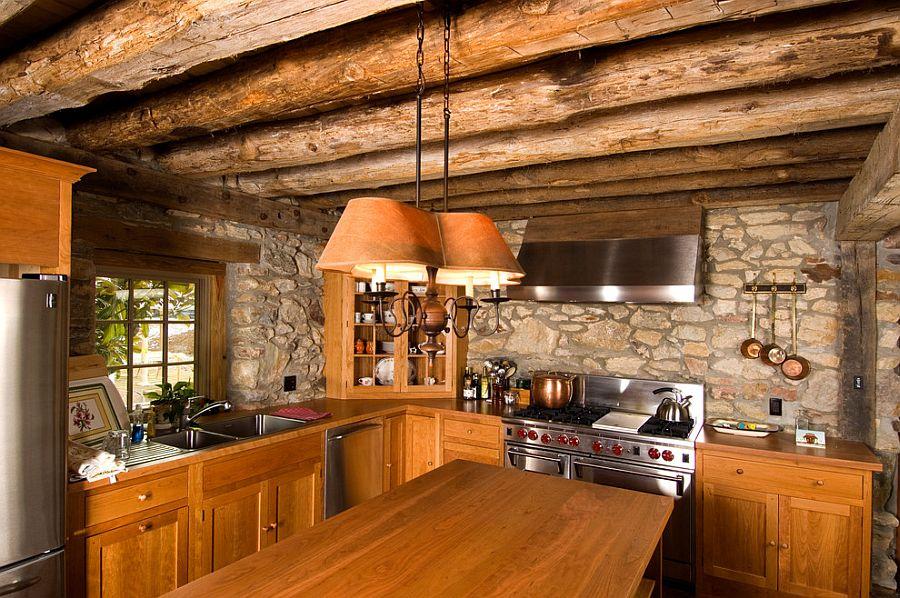 Бревенчатый потолок в интерьере кухни