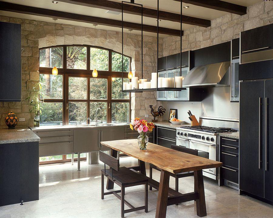 Небольшой деревянный стол в интерьере кухни