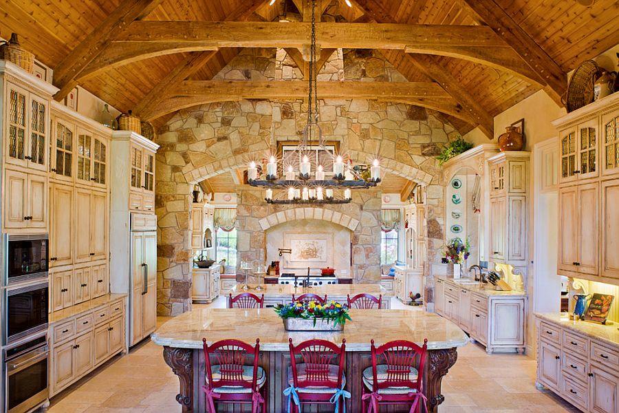 Ярко-розовые стулья в интерьере кухни