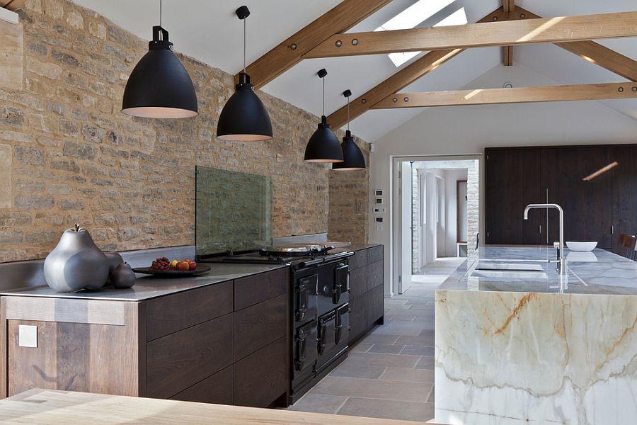 Кухонный остров из белого мрамора в интерьере кухни