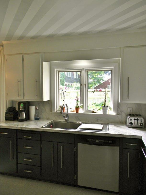 Столешницу это старой кухни от Formica покрасили декоративной краской под мрамор