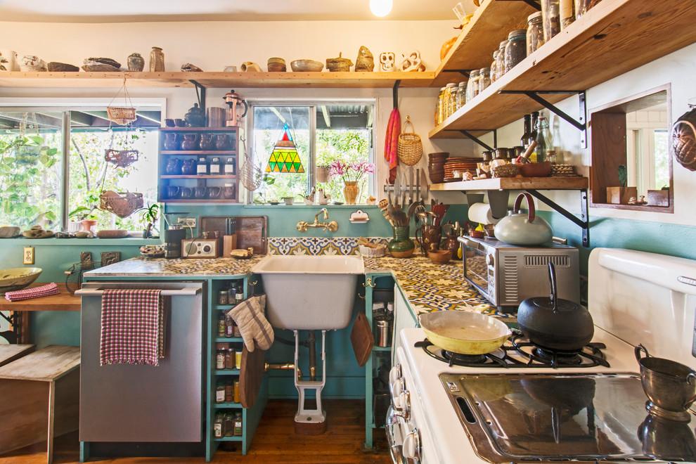 Идеи дизайна кухни: открытые полки в интерьере