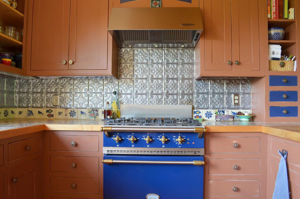 Синяя плита в интерьере кухни