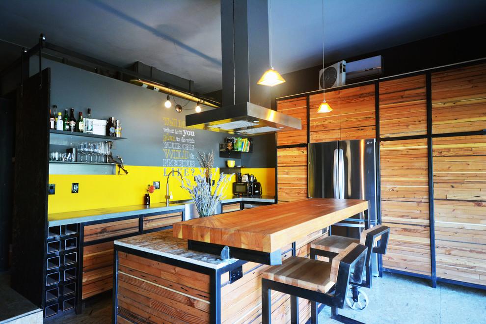 Деревянный кухонный гарнитур в интерьере кухни