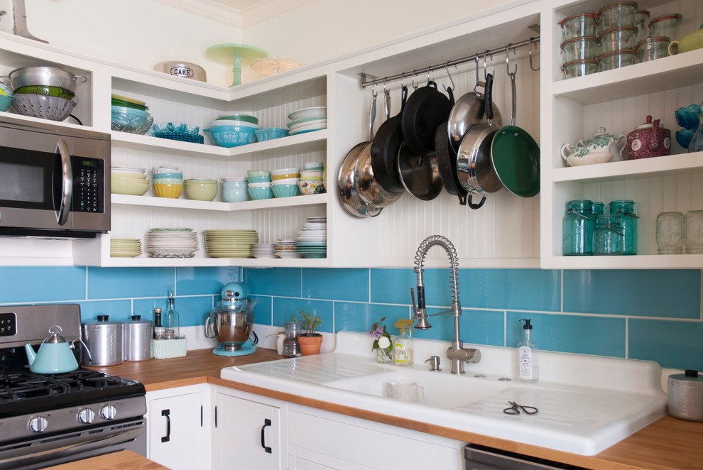 Оригинальная цветная посуда в интерьере кухни