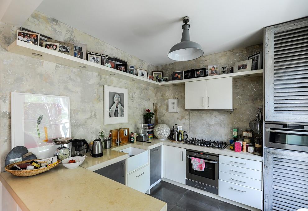 Фотографии на полках в интерьере кухни
