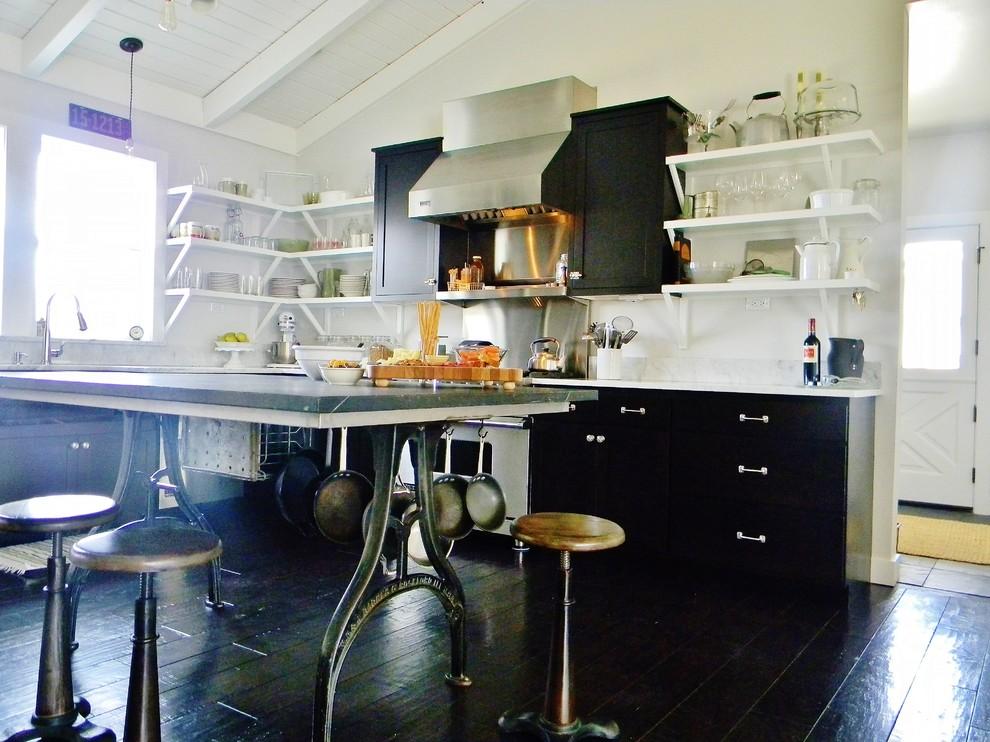 Необычные металлические ножки стола и стульев в интерьере кухни