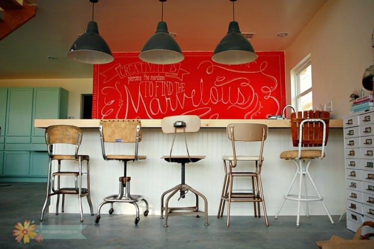 Необычные барные стулья. Этот комплект с табуретом в центре внимания – любовь с первого взгляда!