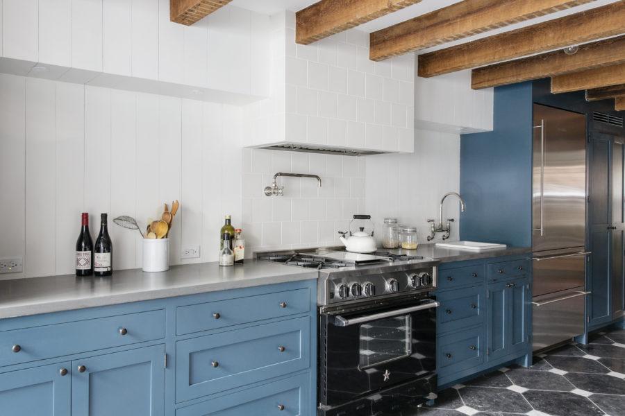 Кухонные шкафчики. Дизайн в различных цветах и стилях: темно голубая кухня