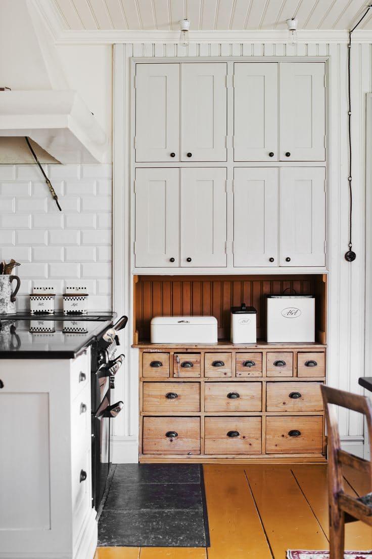 Эта кухня в стиле винтаж радушно приютила старинный кабинет