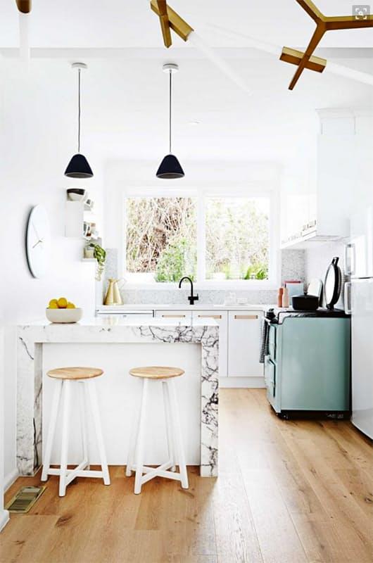 На кухне в стиле винтаж: светлая комната получает дополнительную изюминку - печь в винтажном стиле