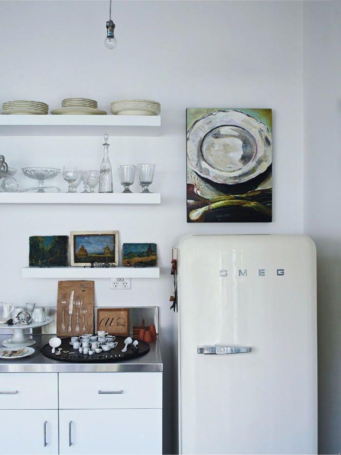 На кухне в стиле винтаж: у этого холодильника внешний вид скопирован от его «дедушки»