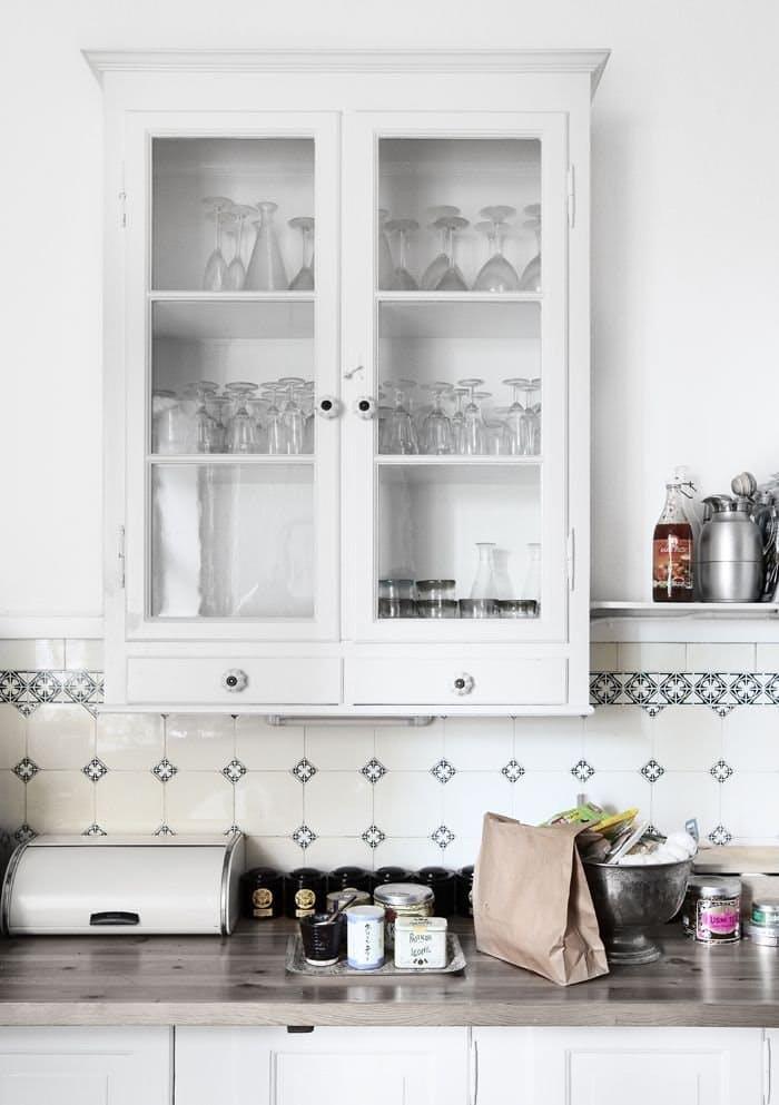 На кухне в стиле винтаж пригодился образчик старосветской настенной мебели