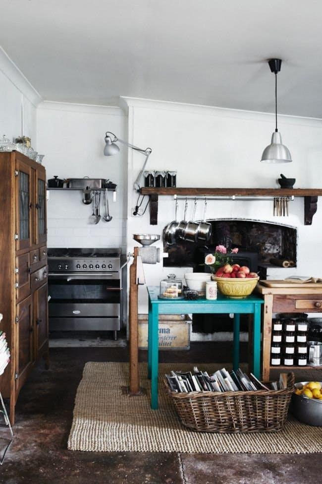 На кухне в стиле винтаж предметы быта прошлого века продолжают жить
