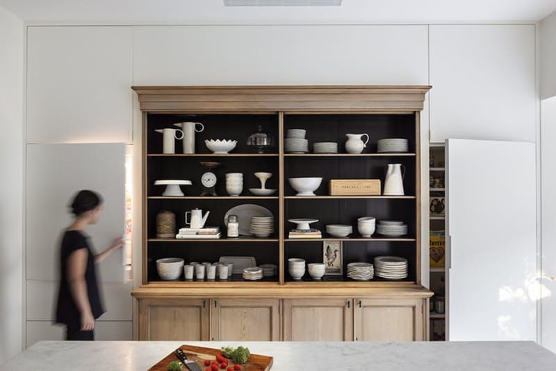 На кухне в стиле винтаж старый шкаф бережно хранит новую посуду