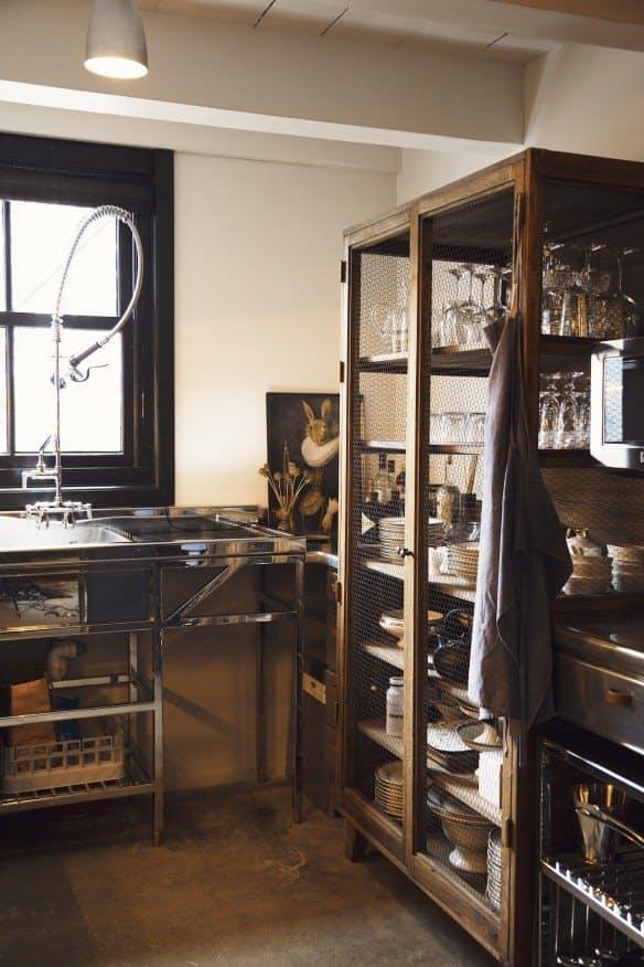 На кухне в стиле винтаж на верхних полках демонстрируется изящное стекло