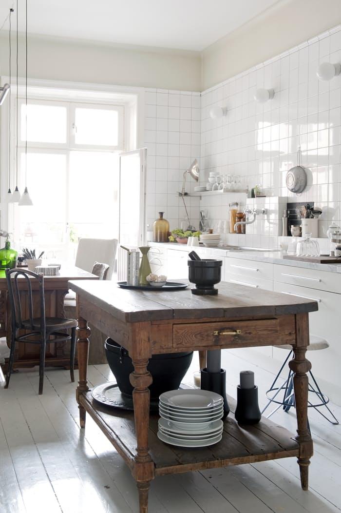 На кухне в стиле винтаж такой выразительный текстурный остров – интригующий контраст интерьеру