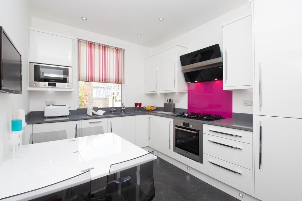 Раковину и плиту удобней размещать с разных сторон кухни