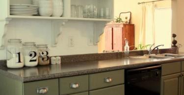 Открытые полки шкафов в интерьере кухни