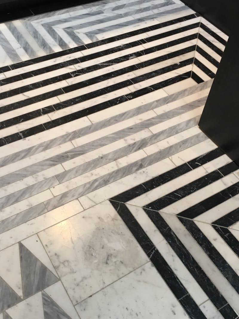 Тенденции дизайна для кухни: чёрно-белая напольная мозаика