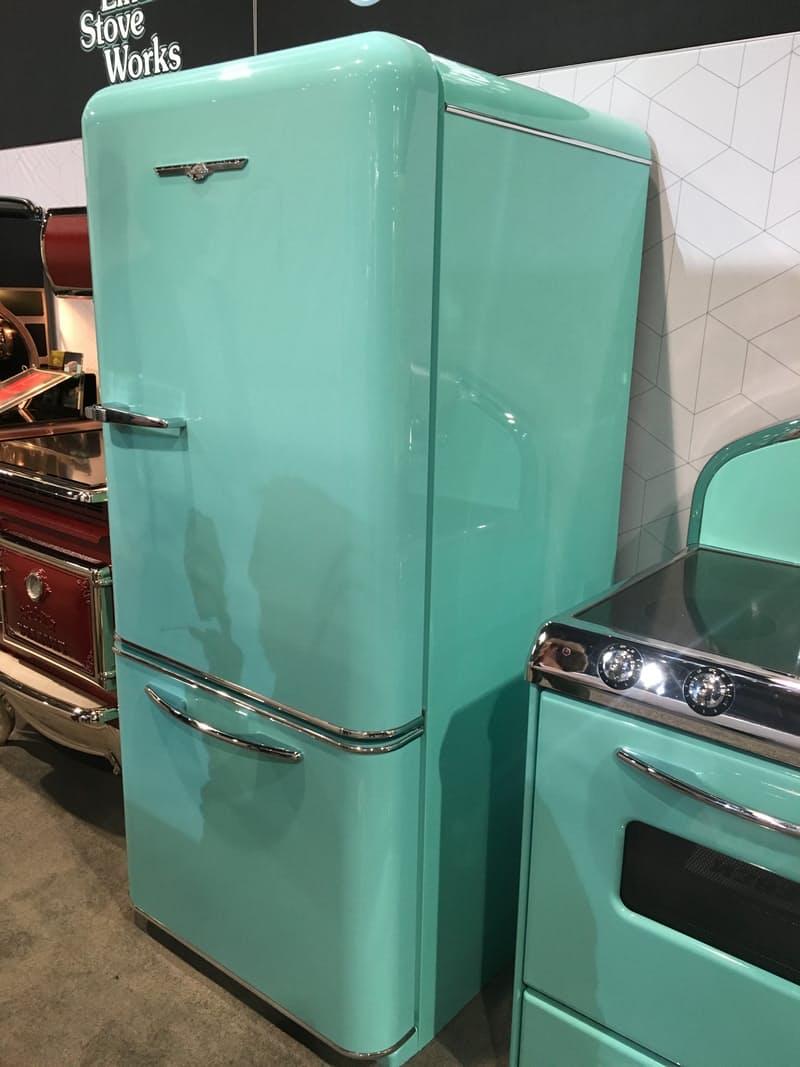 Тенденции дизайна для кухни: холодильник мятного цвета