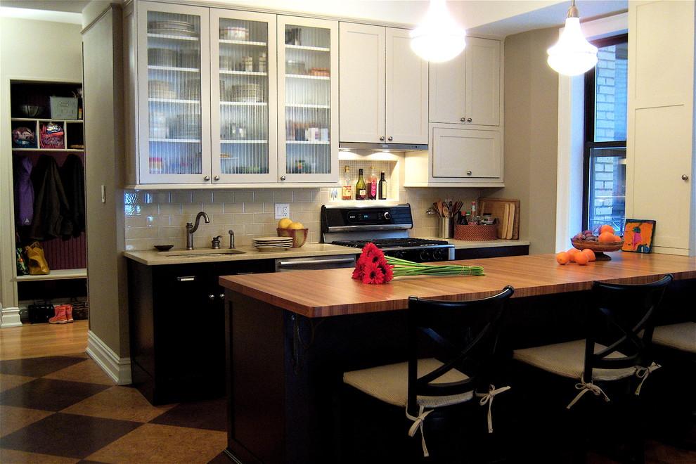 Стеклянный фасад навесных шкафчиков в интерьере кухни