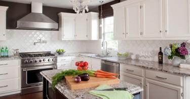Белоснежный интерьер кухни с островом