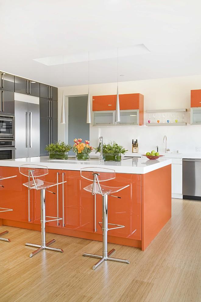 Стильный дизайн интерьера кухни в бело-оранжевой гамме