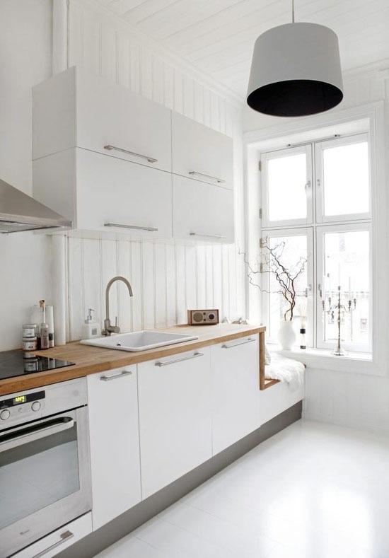 Кухни тренды: деревянные детали смягчают снежное сияние скандинавского стиля