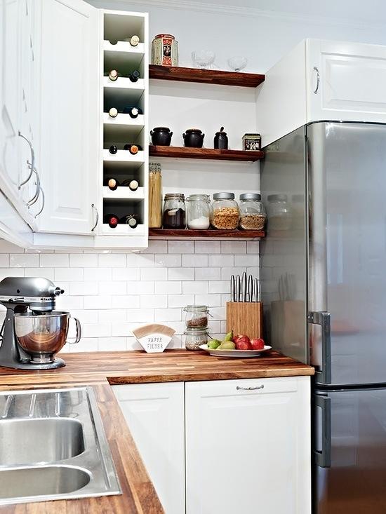 Кухни тренды: присутствуют оба варианта: верхние шкафчики и полки
