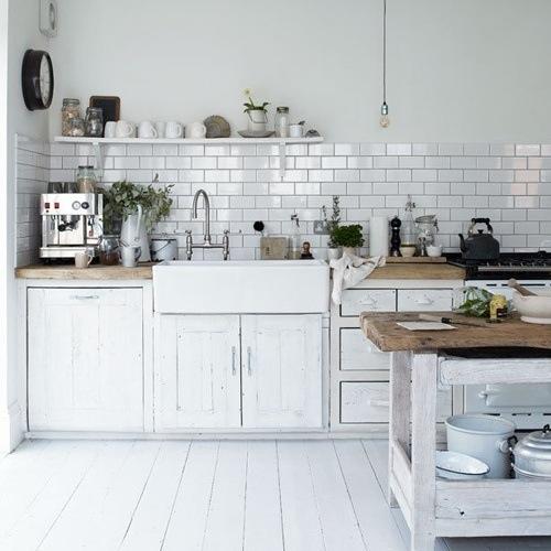 Кухни тренды: вверху только одна скромная полочка, всё необходимое нужно искать внизу