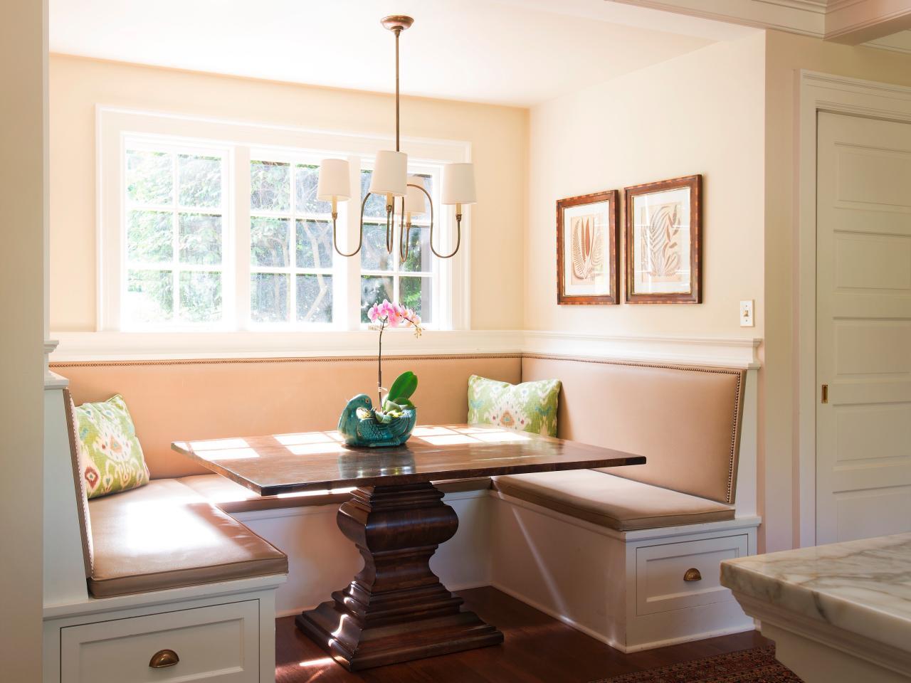 Обеденное место на кухне с эркером - угловой диван. Фото 1