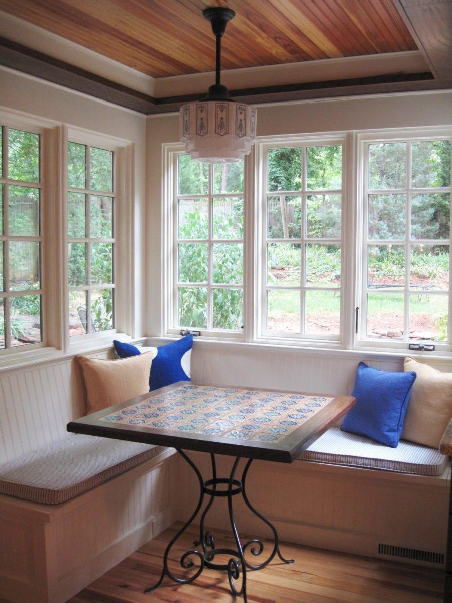 Обеденное место на кухне с эркером - угловой диван. Фото 3