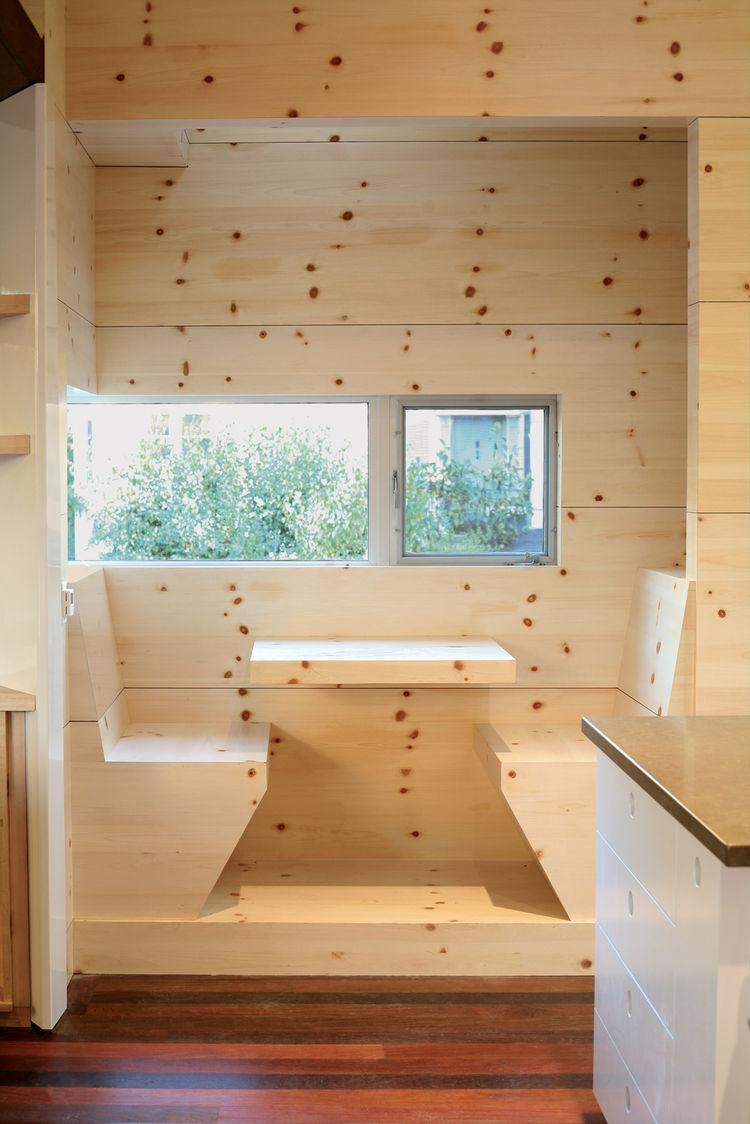 Обеденное место на кухне с эркером - деревенский стиль